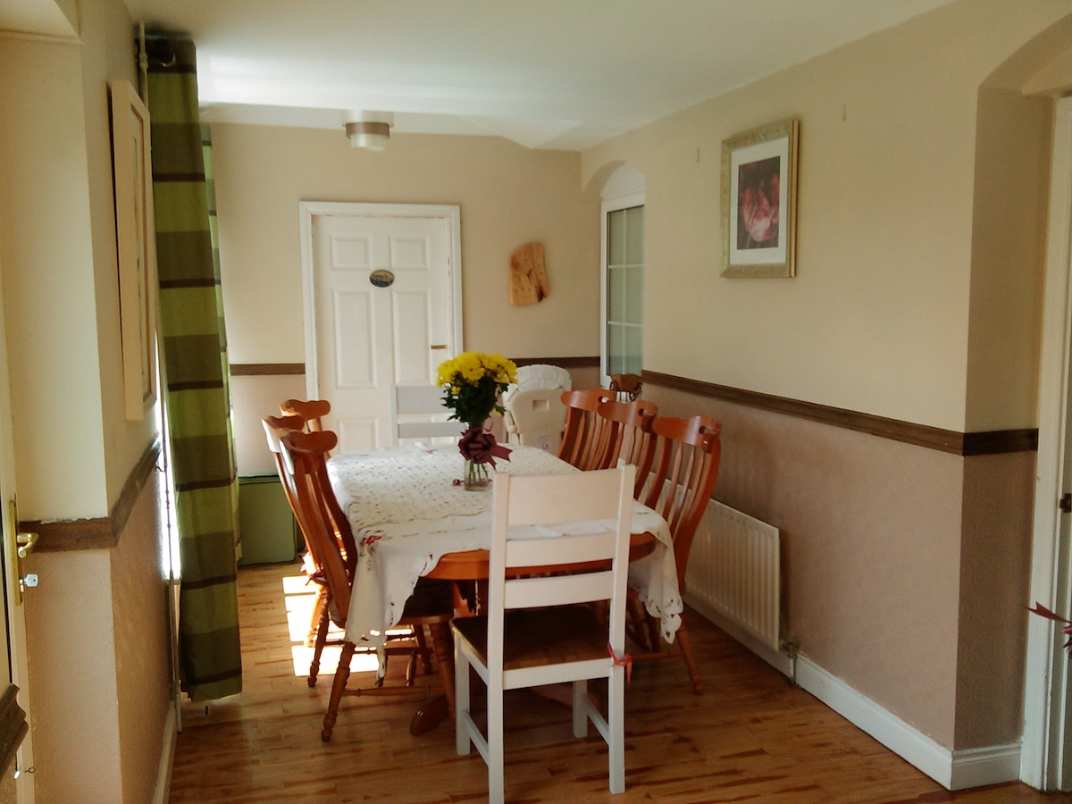 Here you see the dining room a great setting for a diner party or family get together.