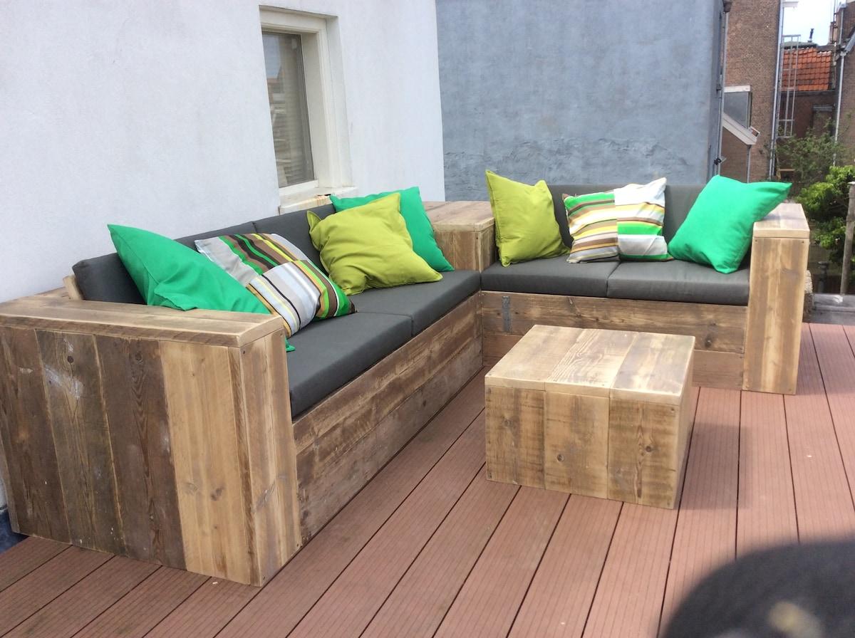 de loungebanken op het dakterras