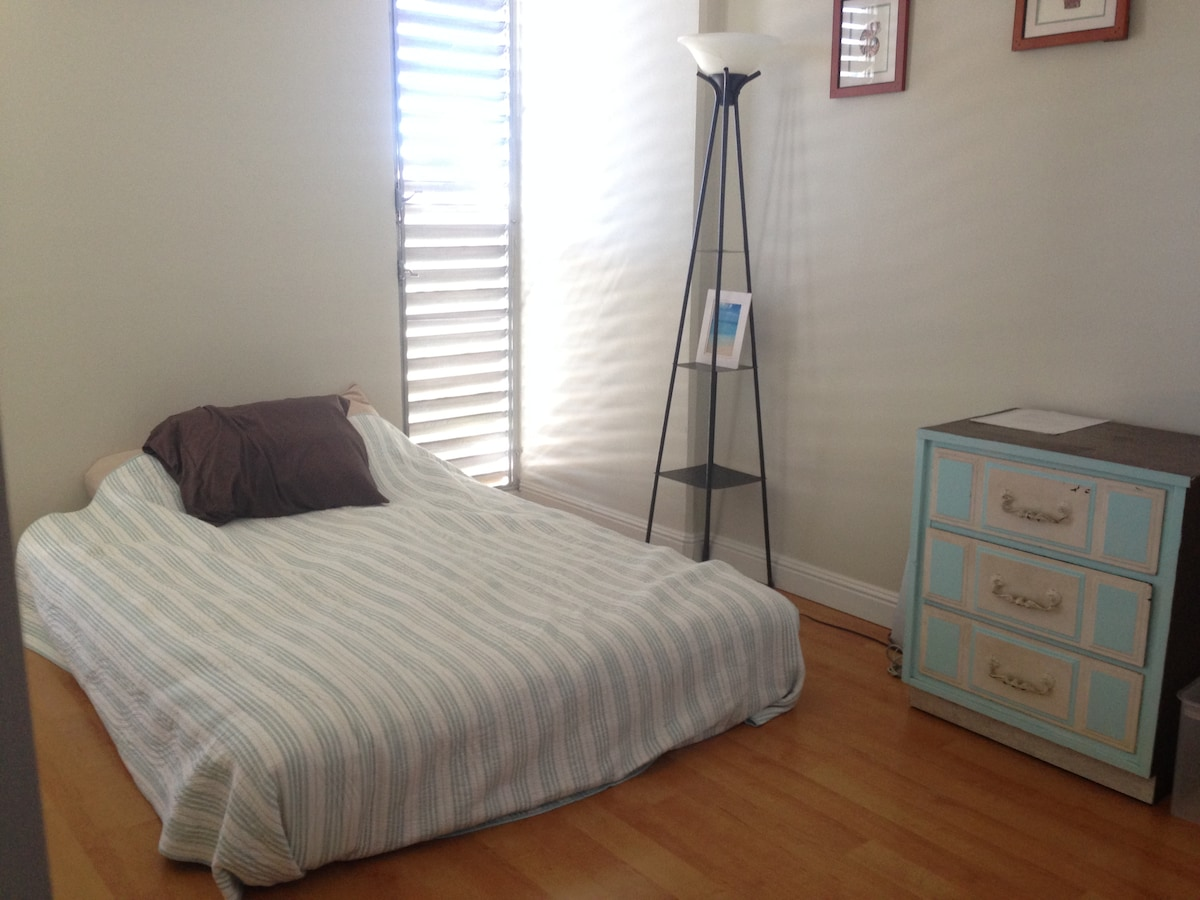 Guest room with queen size bed