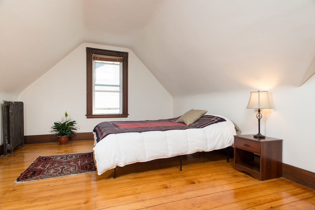 Large room near colleges & parks