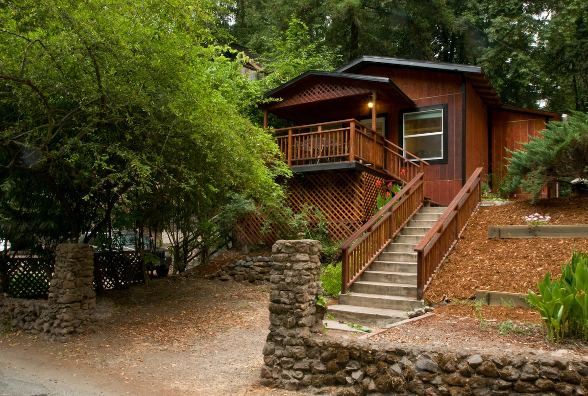 Great little hideaway in the redwoods, nestled in a tended landscape with annual flowering plants