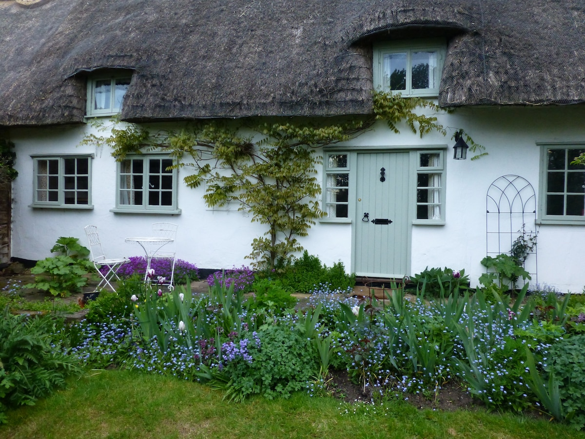 Private 'wing' of thatched cottage
