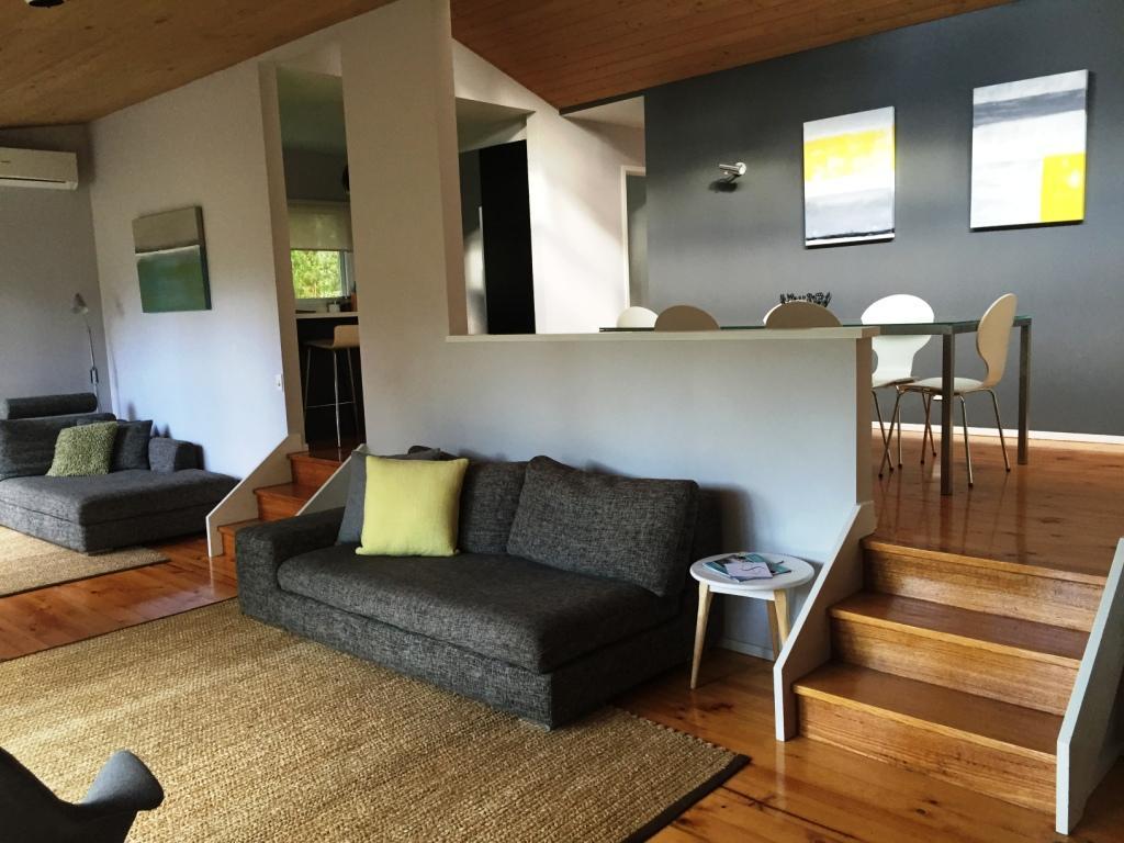Split level lounge & dining area