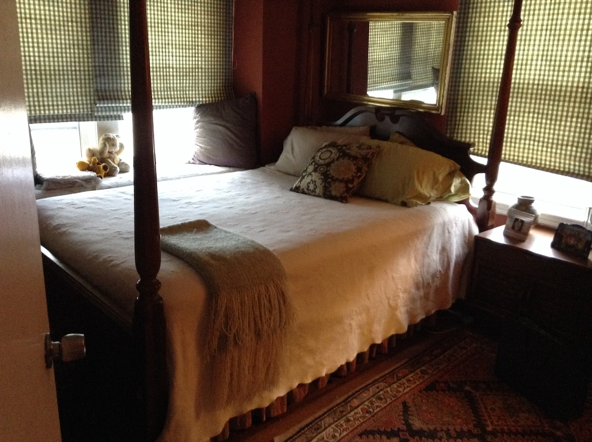 Lovely clean room in colonial home