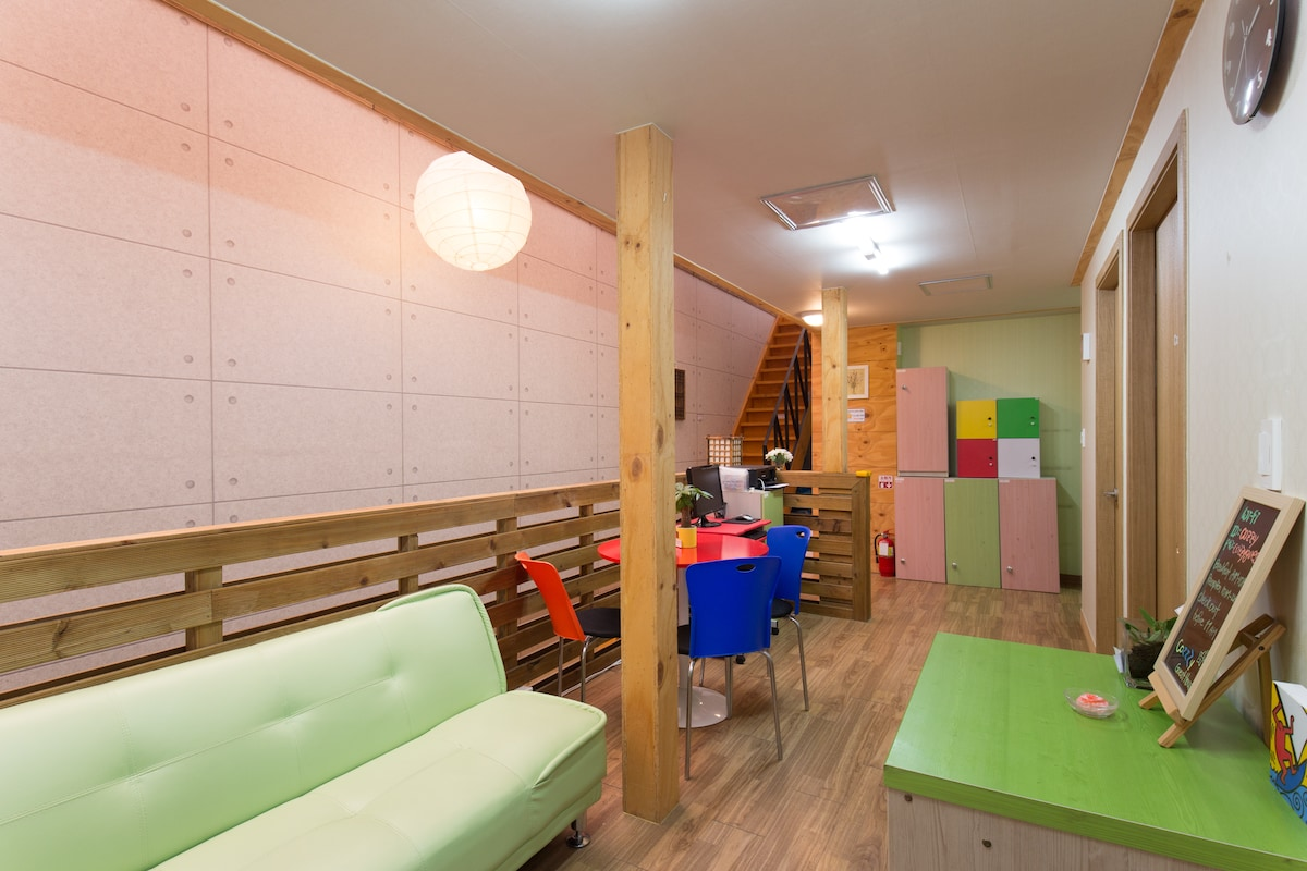 Twin room, Cozzzy in Hongdae
