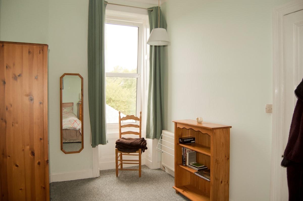 Cosy double room overlooking park