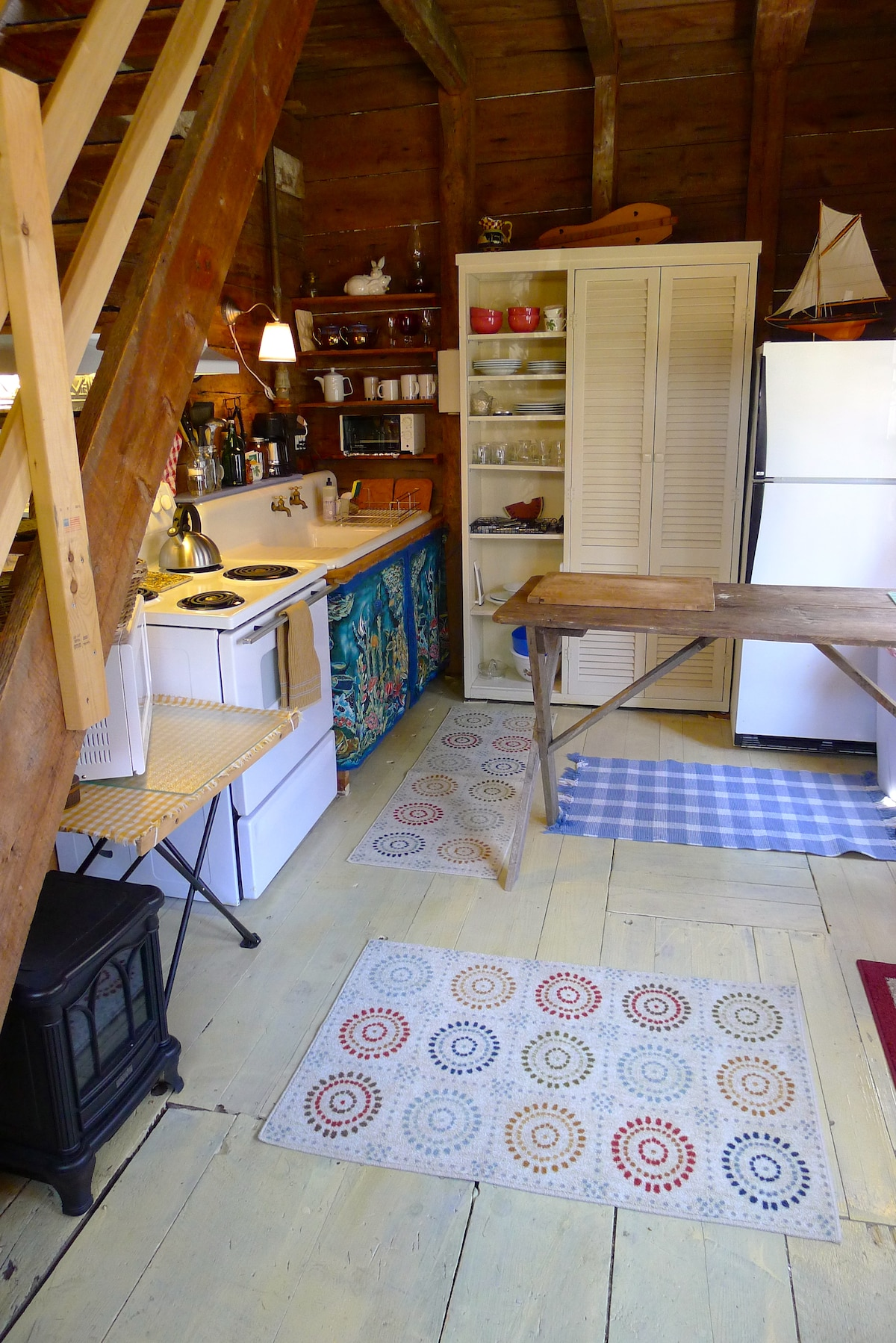 Fully equipped kitchen, outside grille and lobster pot available.