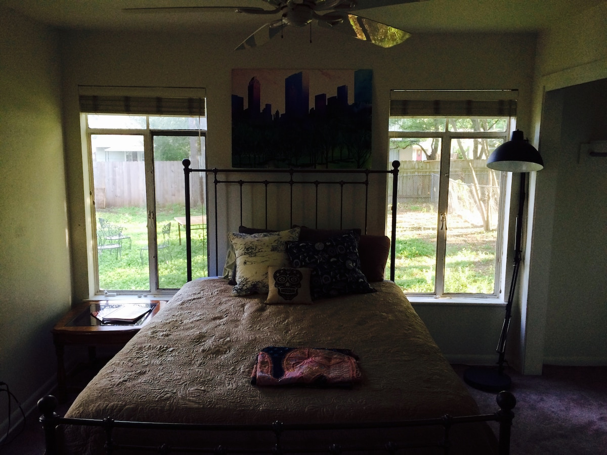 Cozy Room in Central Austin