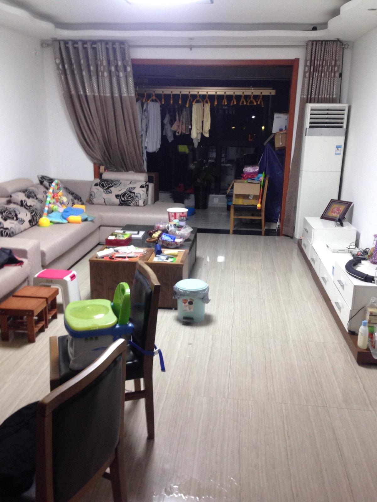 两个空房间和两只猫咪
