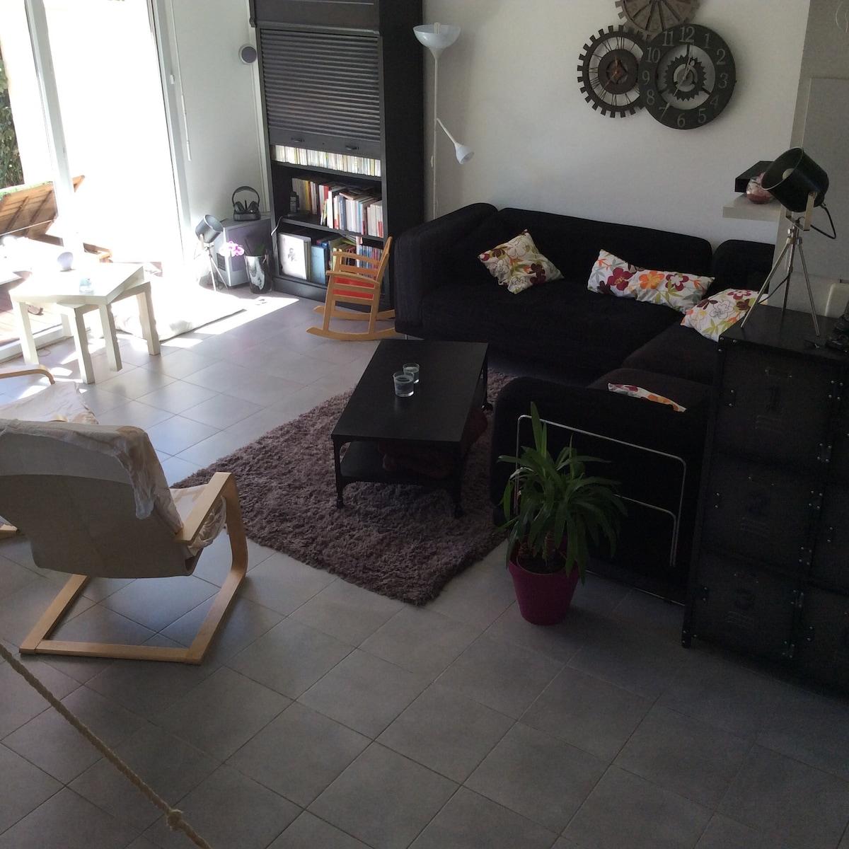 Salon avec canapé convertible et vidéo projecteur