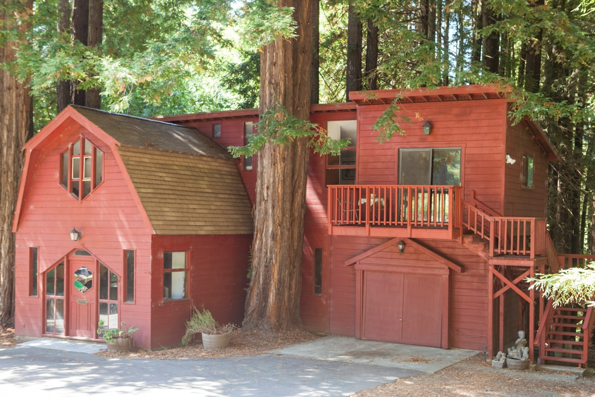 CHARMING REDWOOD CARRIAGE HOUSE