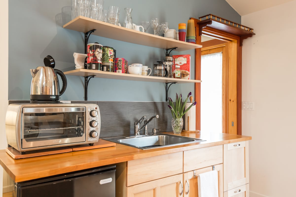 kitchenette - sink, microwave & toaster oven available