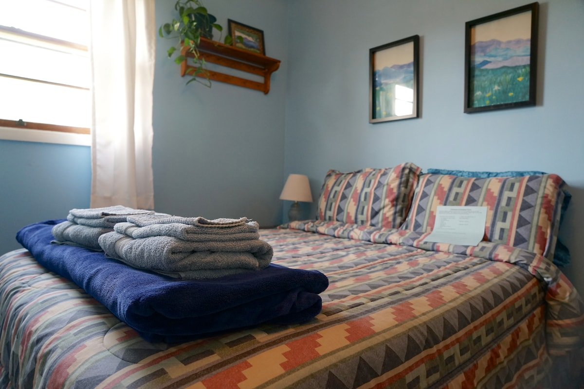 Room with full bed-walk to downtown