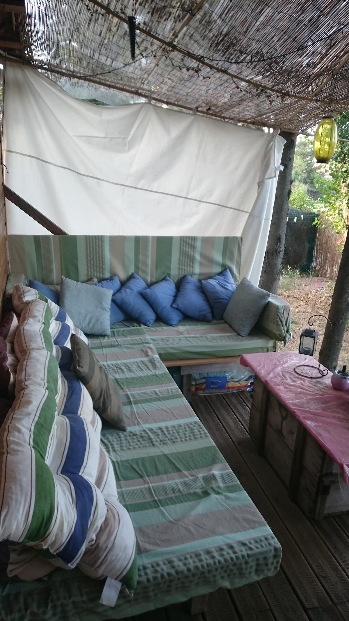 Terrasse et son salon d'été (et lit 1 personne) Terrace and its summer living-room (with 1 pers. bed)
