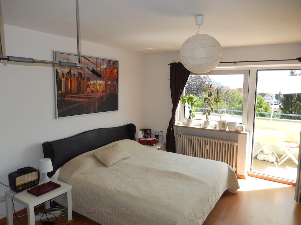 Cómodo dormitorio con balcón / WiFi
