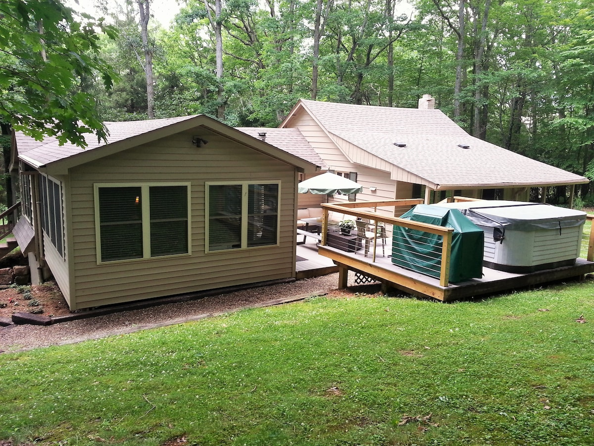 Turning Leaf Lodge--Cozy Cottage in