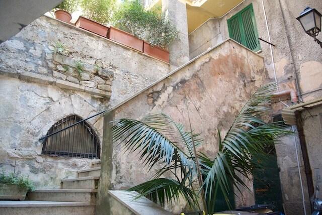 le scale di accesso a Domuscula dalla corte
