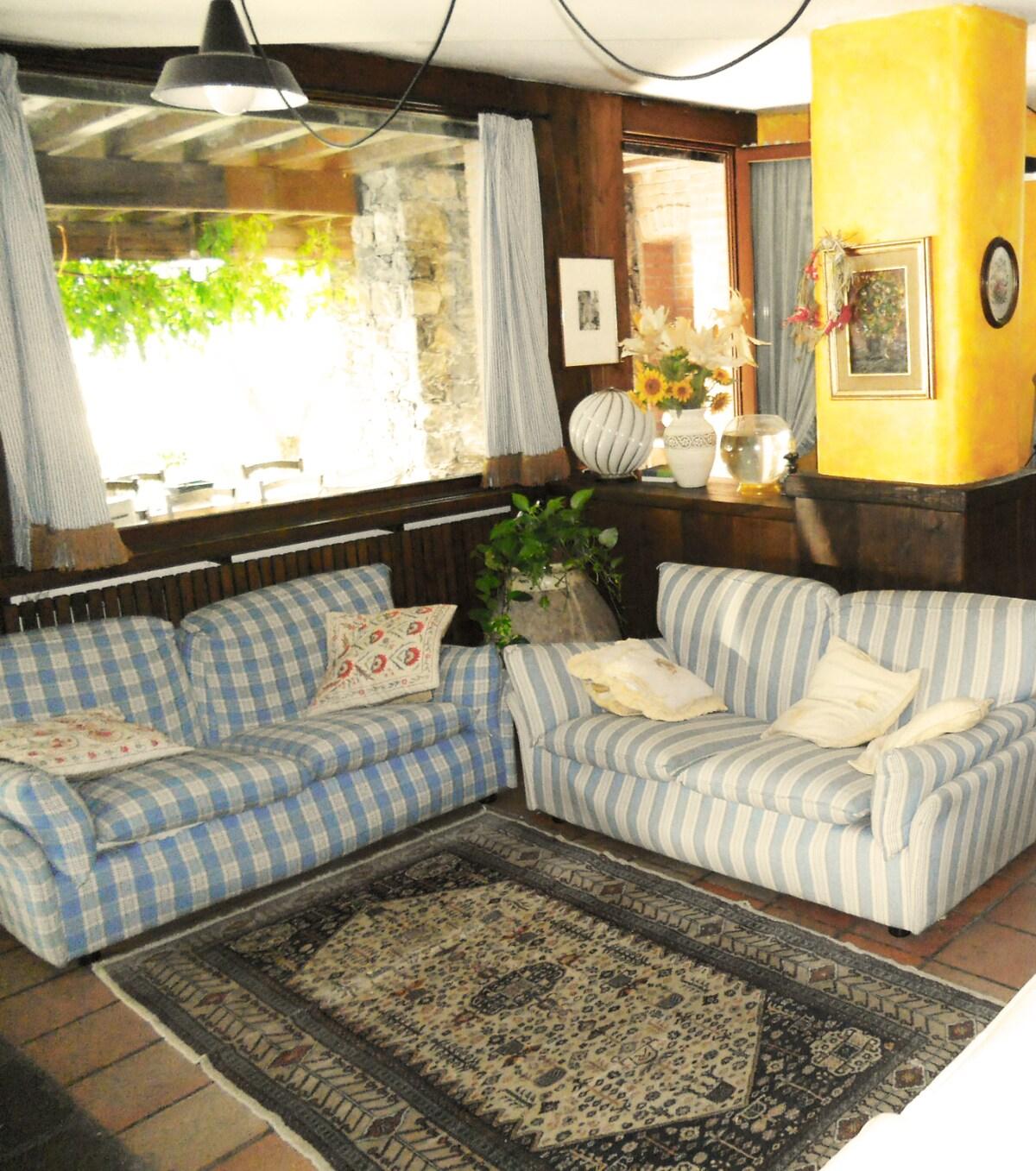 Il salotto nella taverna