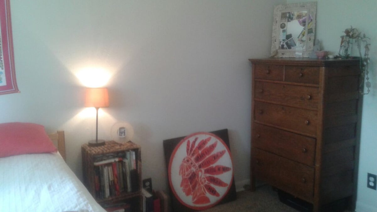 Cozy room. Good vibes.