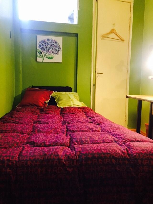 Pequeño dormitorio con baño privado