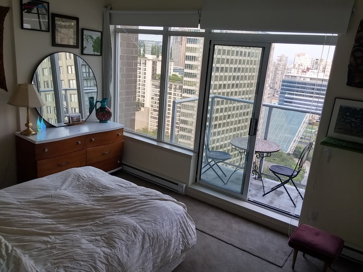 22ND FL PENTHOUSE MASTER BEDROOM!