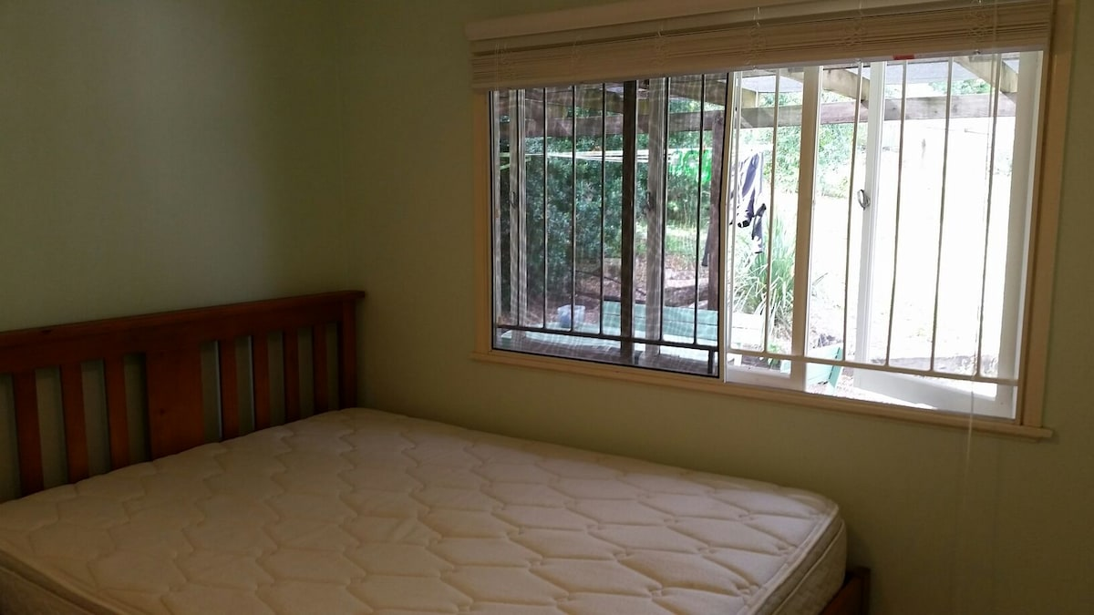 Tidy room with easy access to city