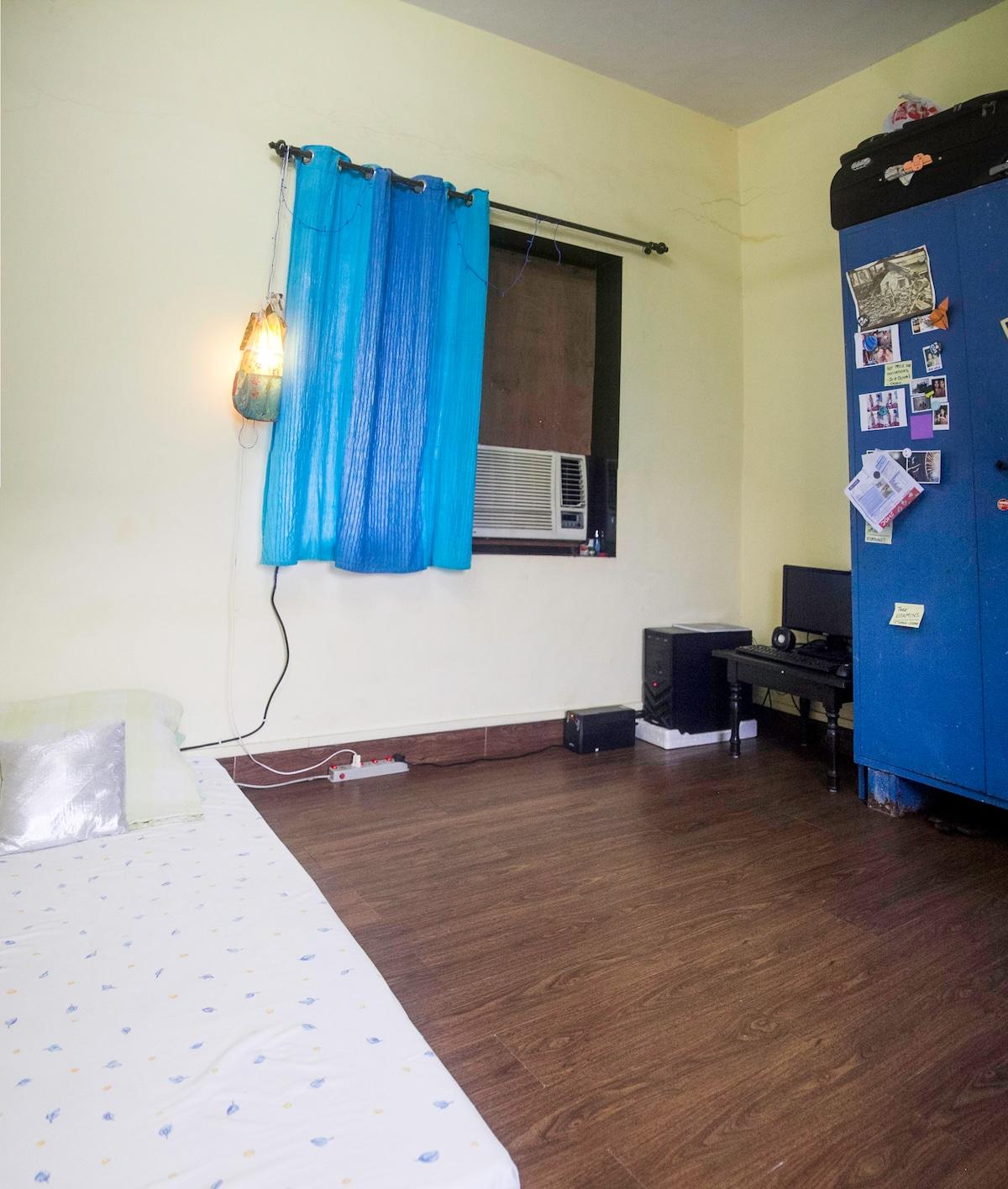 Neat cozy room in Bandra West