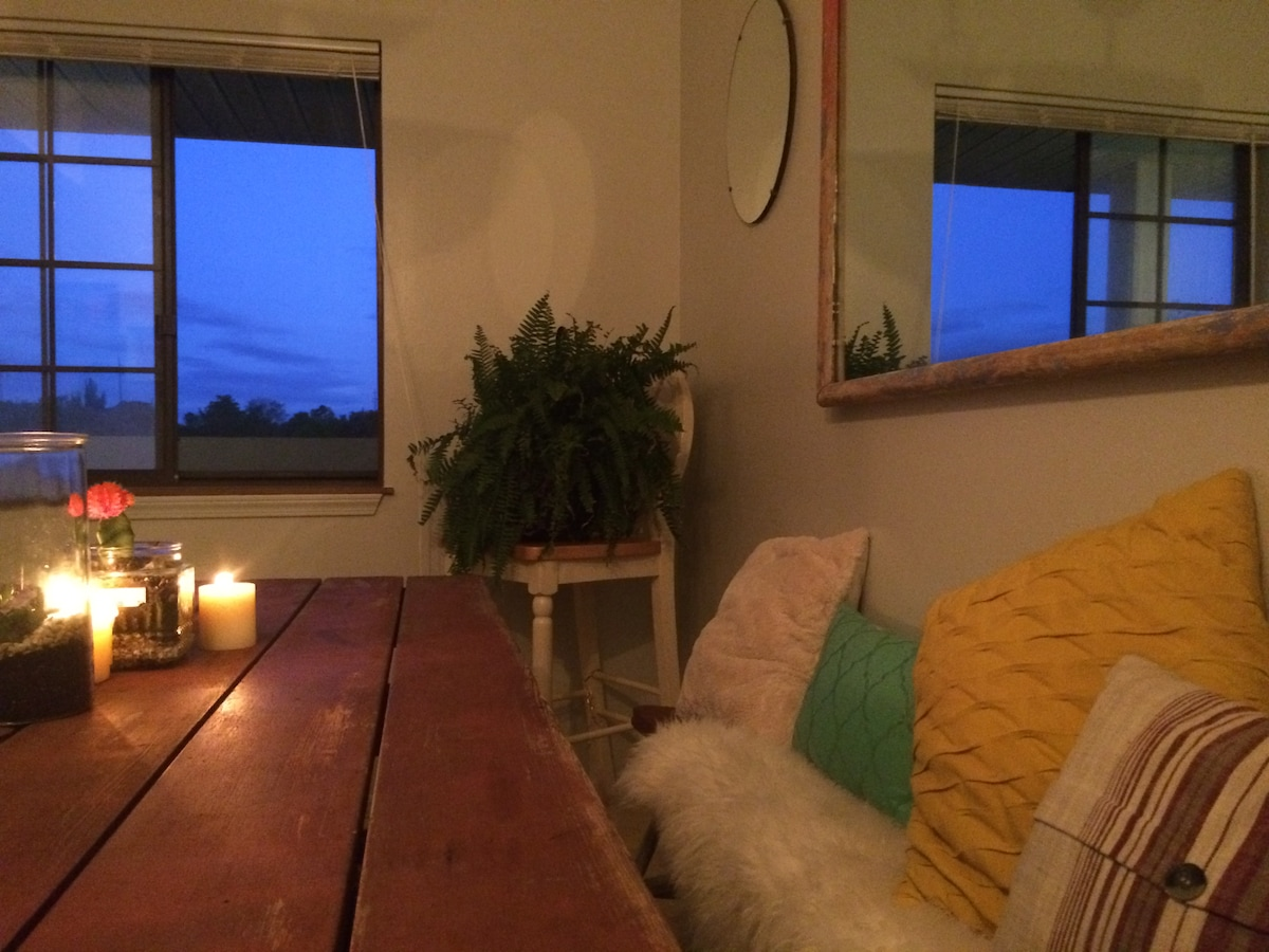 Eclectic Downtown Apt on River