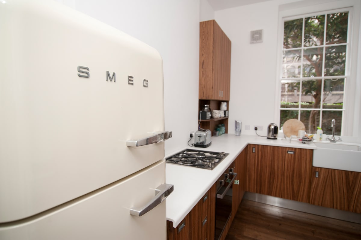 kitchen appliances are new, gas hob & oven, includes dishwasher
