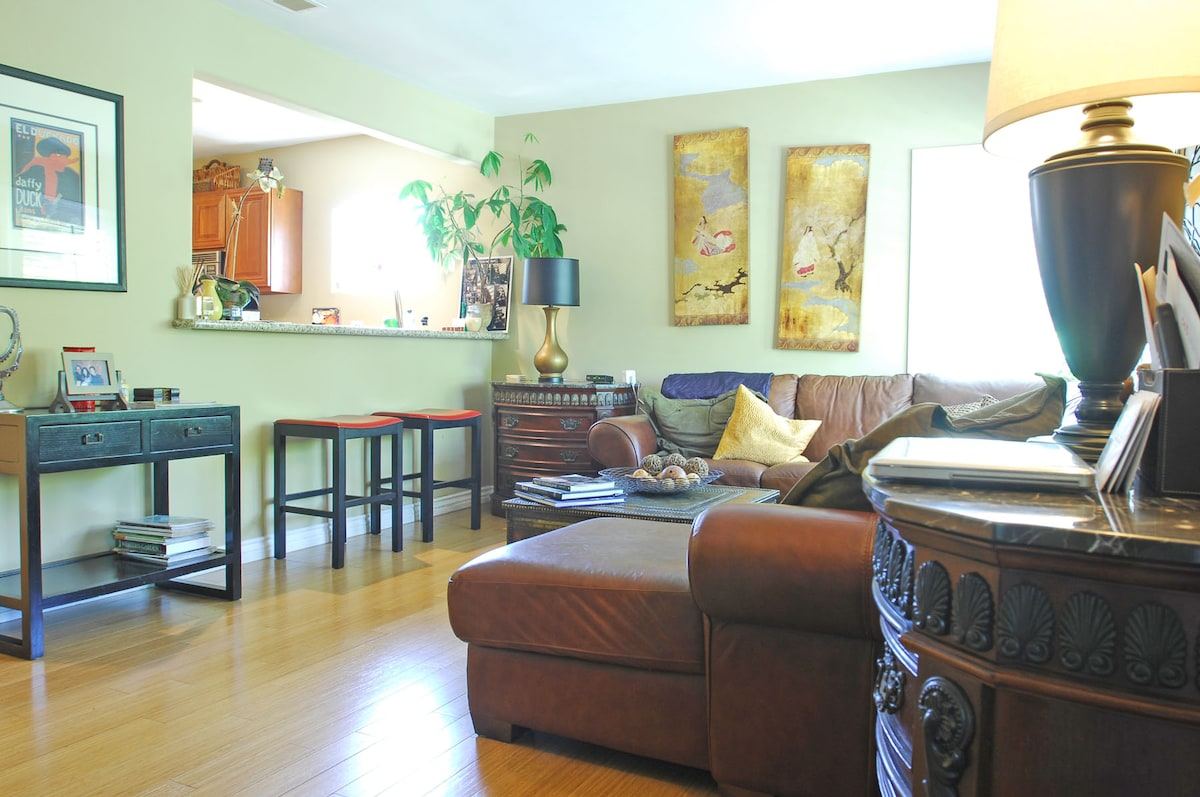 Living room with flat screen TV, Blue Rey, DVD, Netflix and internet, open to the kitchen