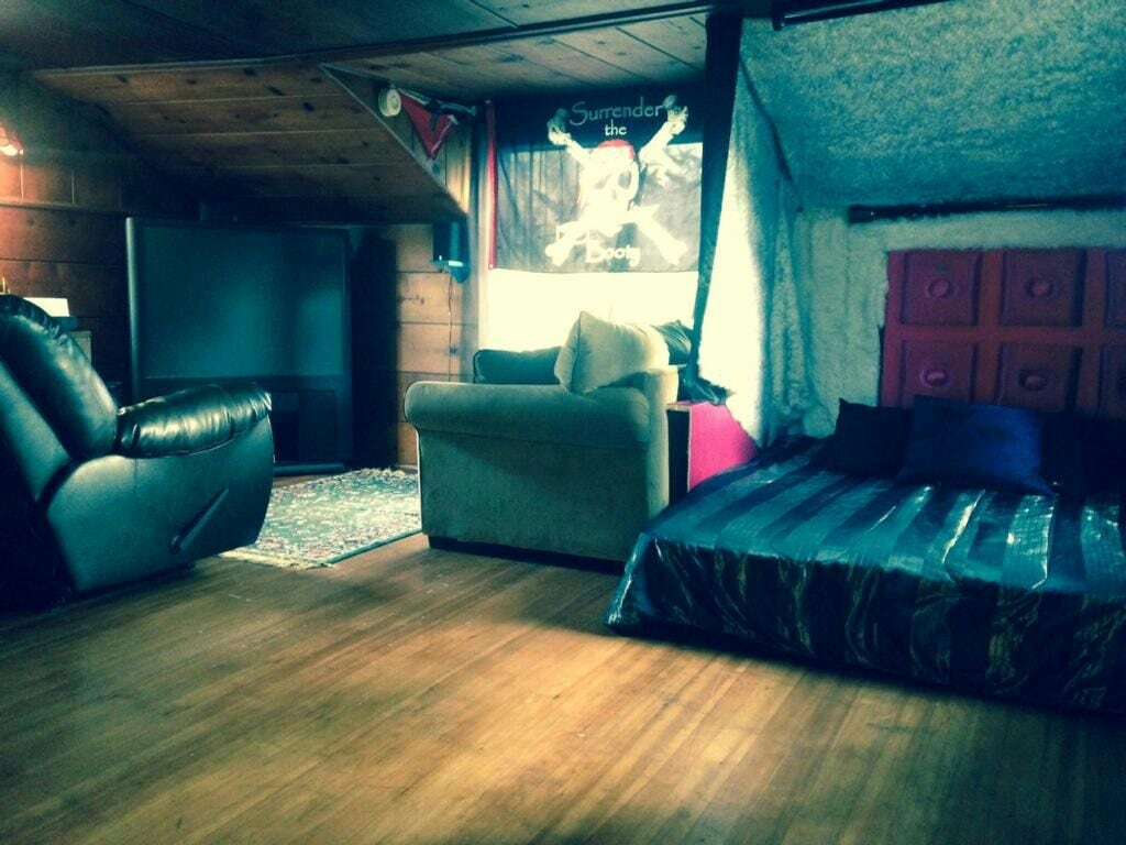 Funky cabin room on 3 acre's