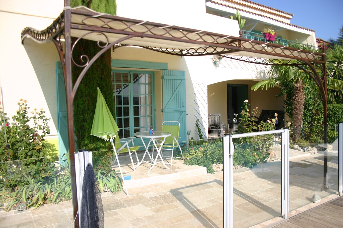 Studio dans rez de jardin de villa