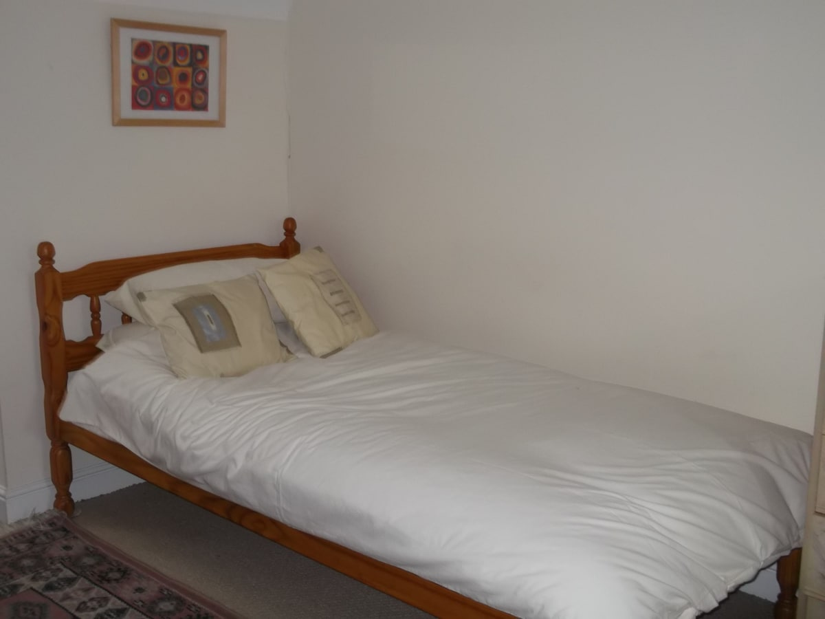 A large bedroom with ensuite shower