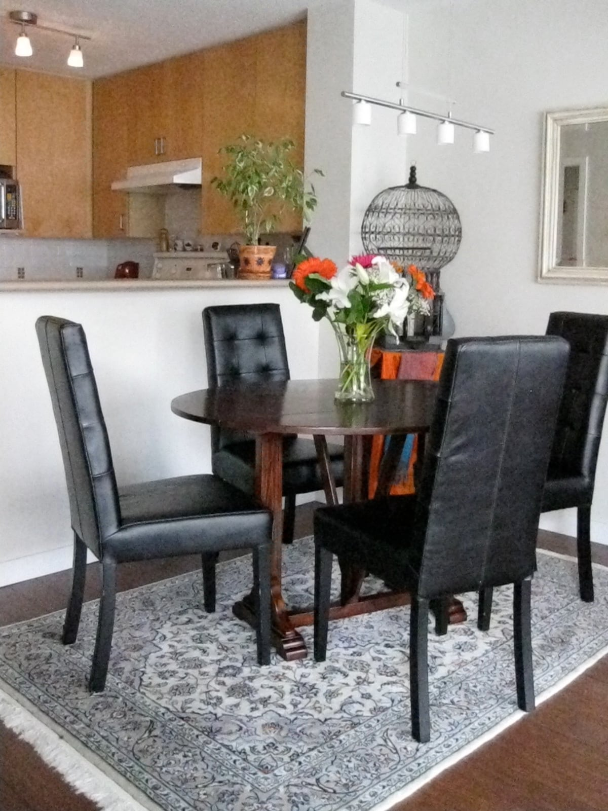 Fine dinning for a party of 6. The dining table can extend to dine 6.