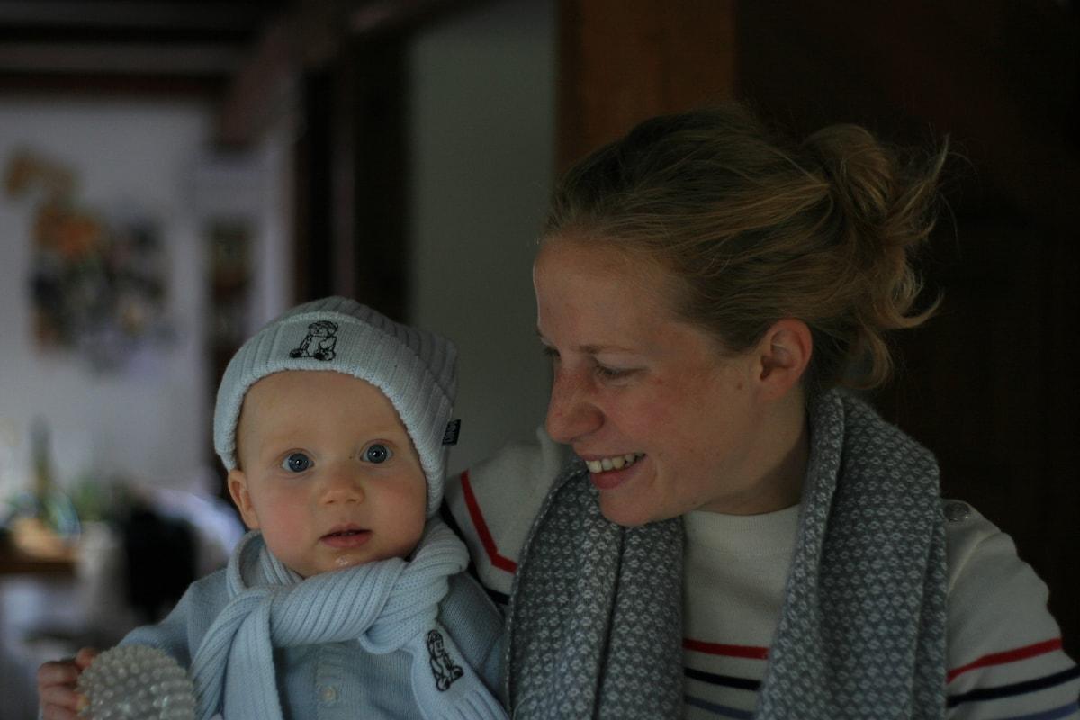 Jeune maman qui s'occupe à plein temps de ses peti