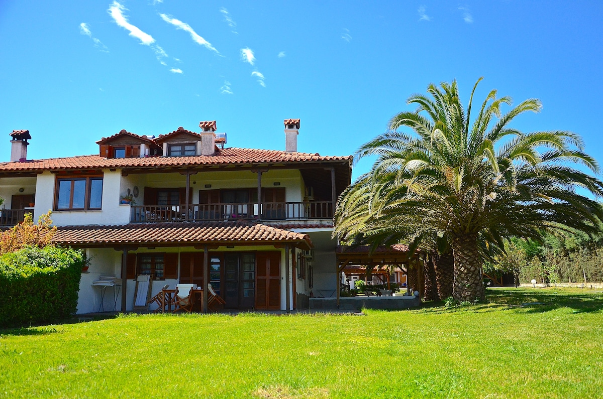 Apartments for rent by the sea in Halkidiki Vourvo