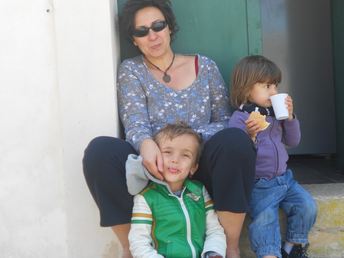 Italian single mum with two kids, aged 4 and 5.