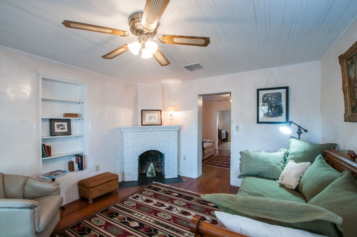 Living room, fireplace is nonfunctional, the daybed doubles as single bed, 2 singles, or king