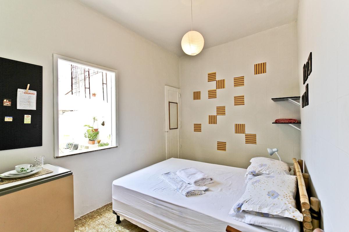 Suite com Frigobar, ar condicionado, quintal com vista livre