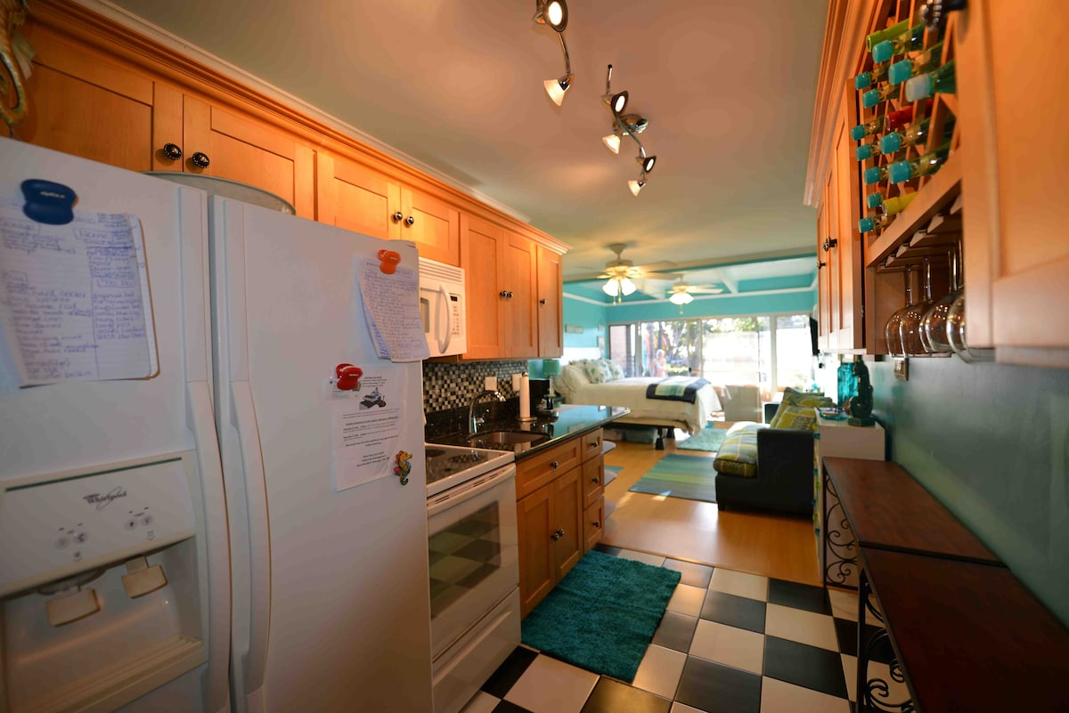 Full Sized Kitchen! Stocked With Plenty of Cleaning Products, Cookbooks, Cookware, and Housewares!