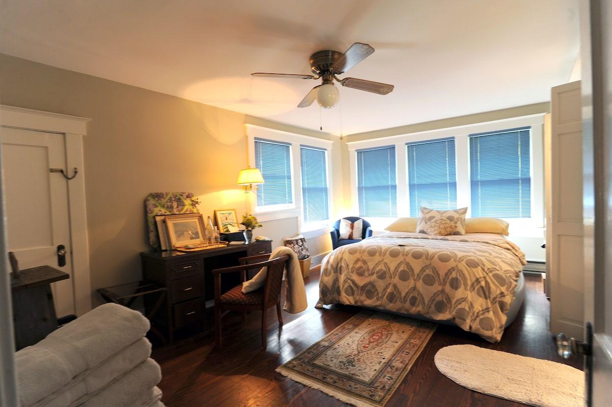Private Suite in Midtown Bungalow