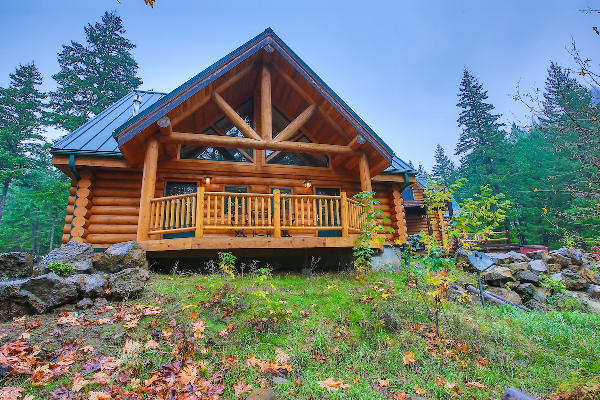 A stunning log cabin with 2 guest units....