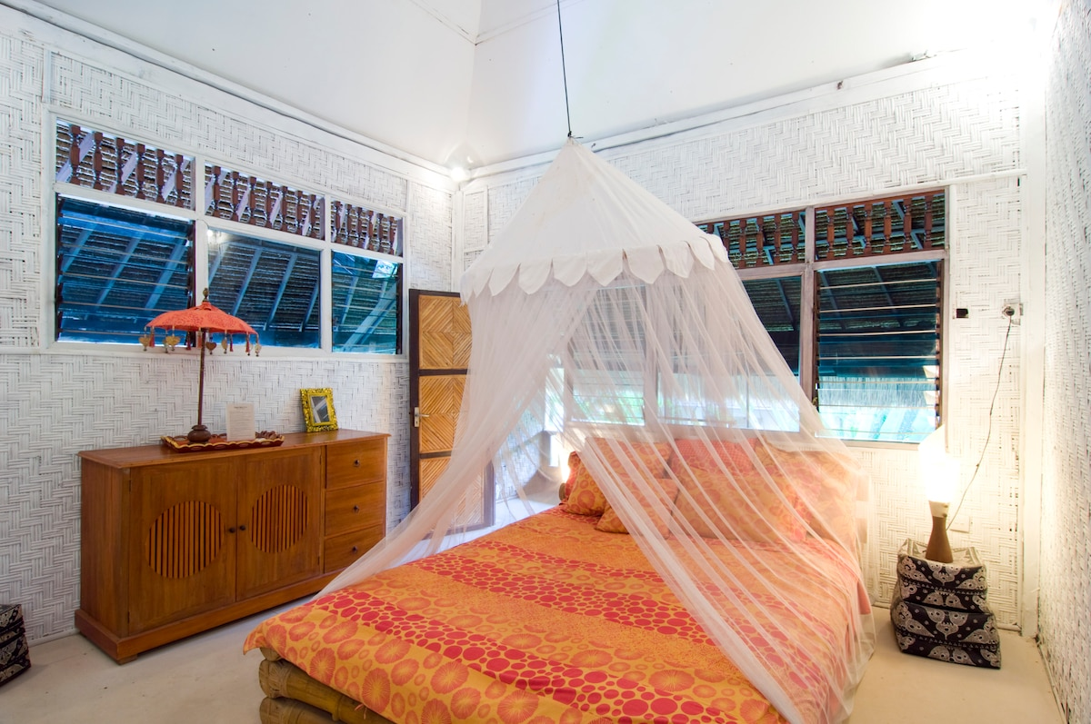 Room Manis upstairs with balcony