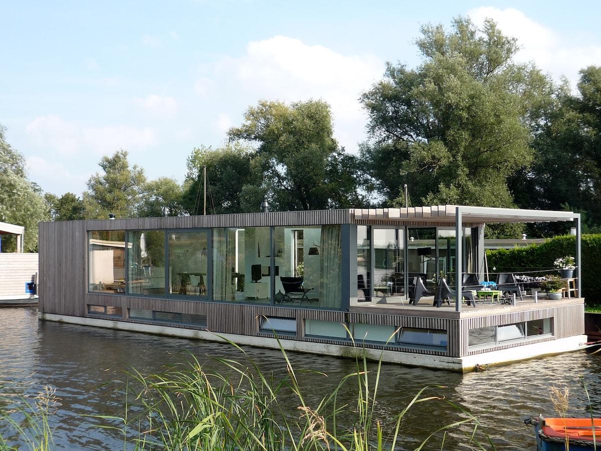 Modern houseboat near amsterdam in loenen for Houseboat amsterdam