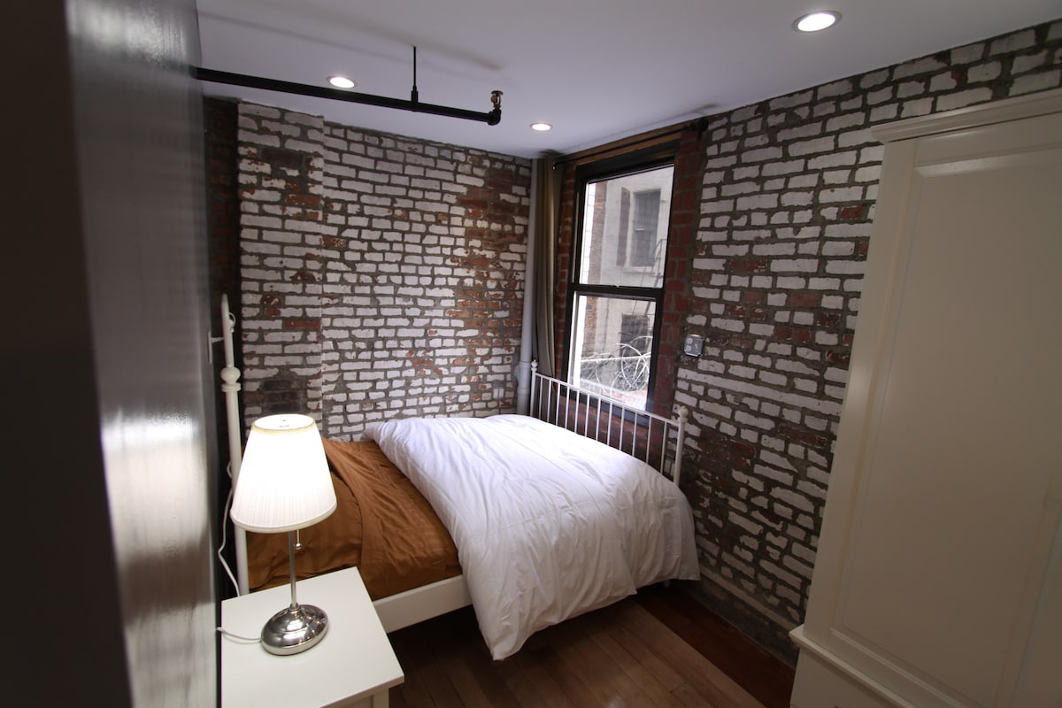 Sleeping nook with double bed and wardrobe