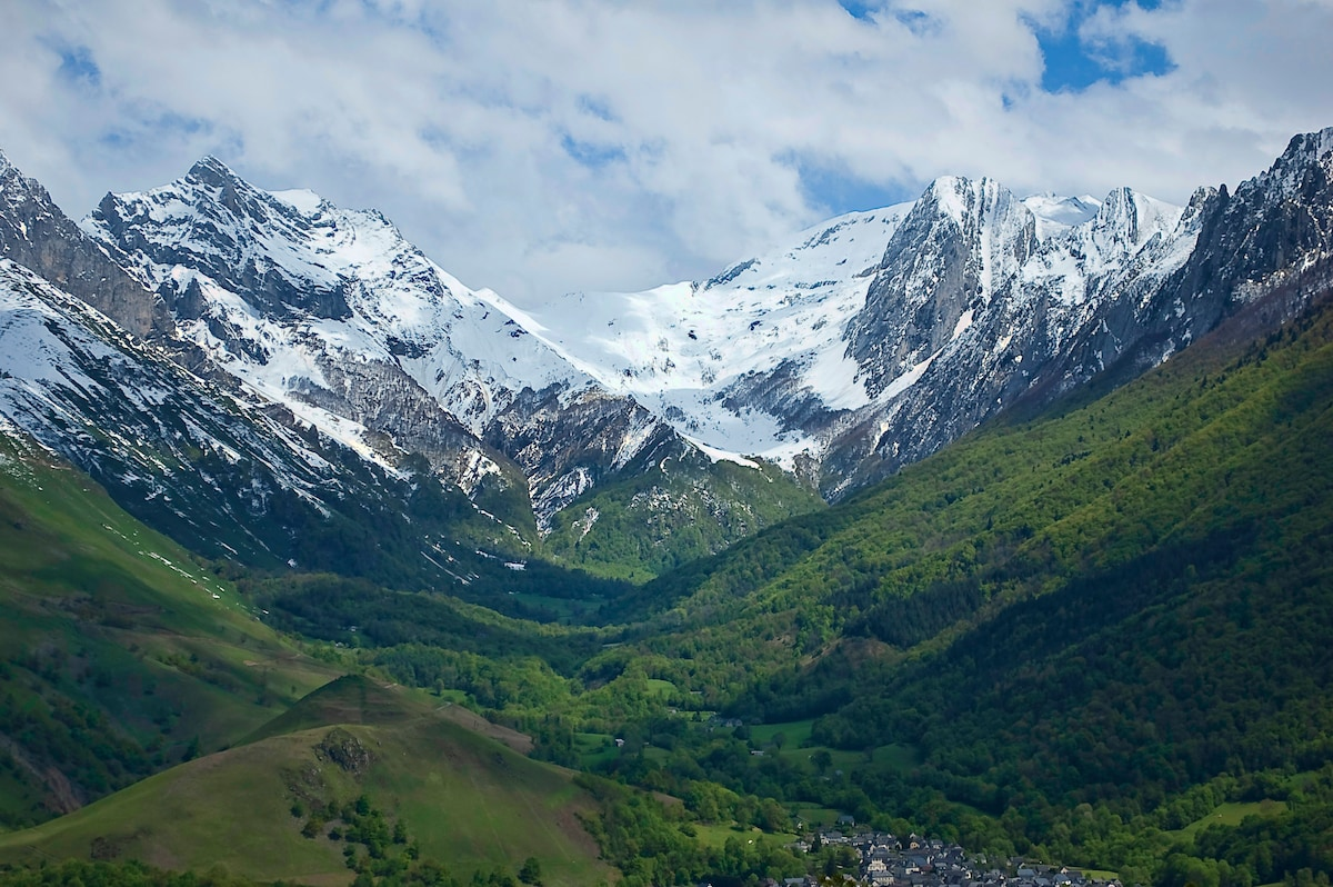 Explore the stunning Vallée d'Aspe, discover high altitude lakes; meadows filled with wild flowers; picnic by mountain streams.