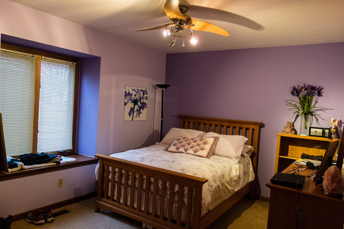 Guest bedroom-- Full size bed (VERY comfortable!)