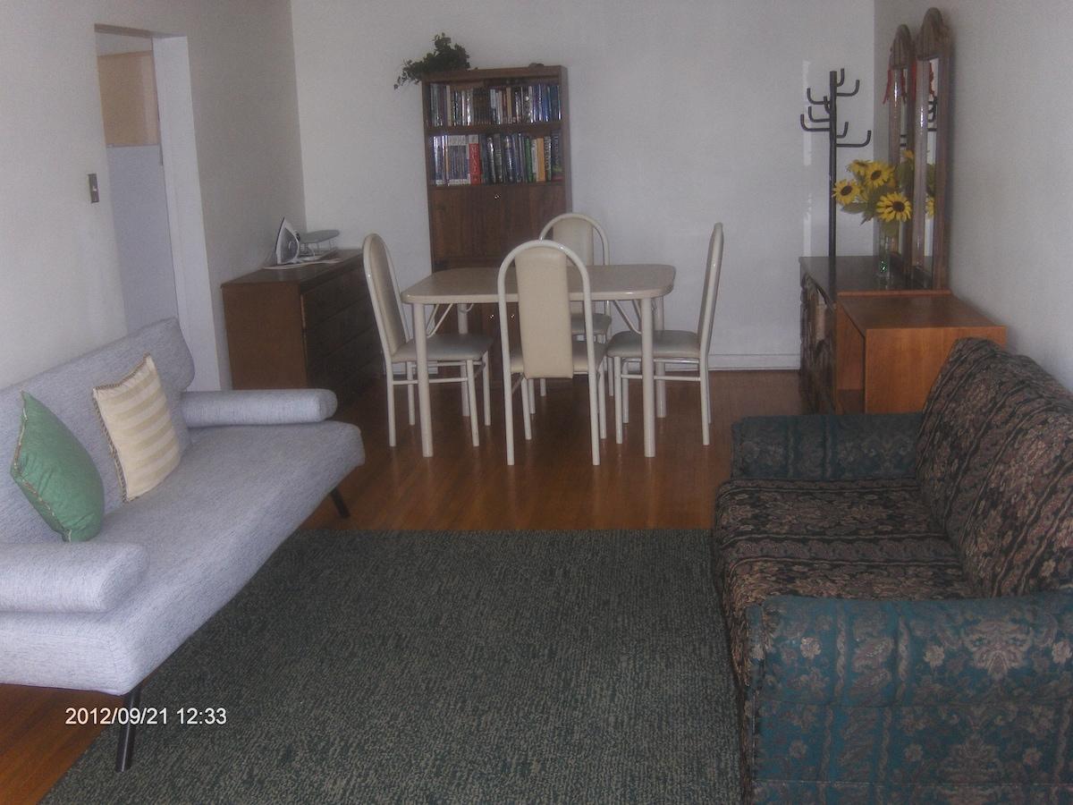 Livingroom plus dining table.