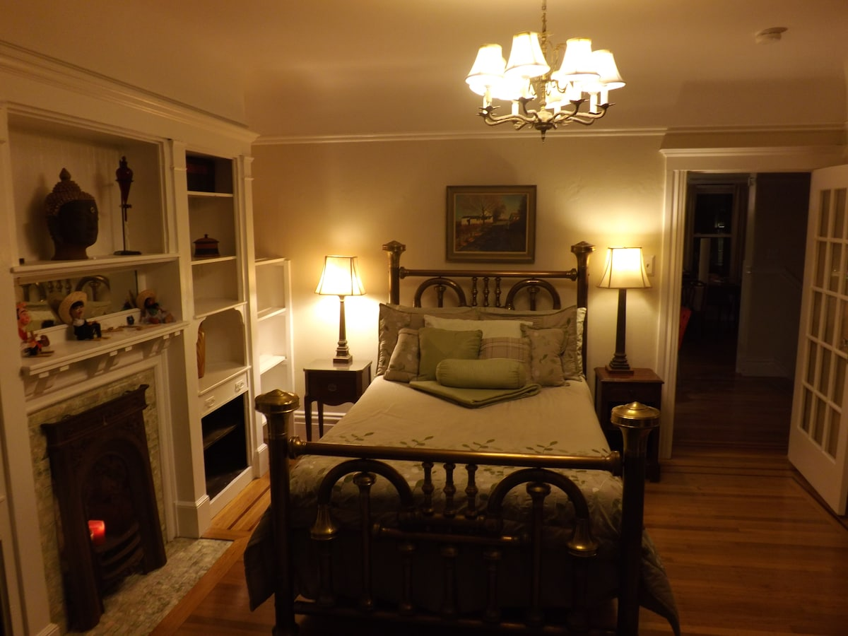 Room is cozy, comfortable, private, and quiet.