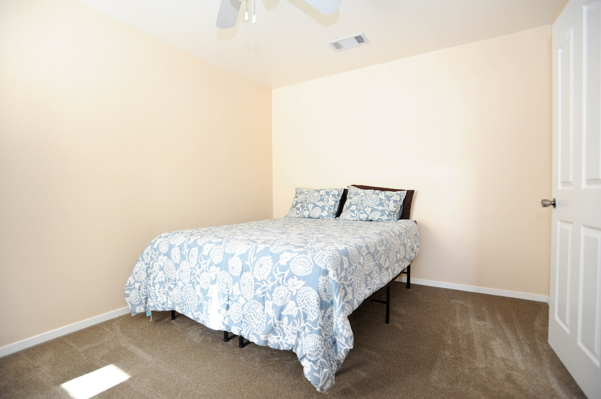 Your own private room with queen sized tempurpedic bed.